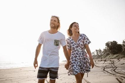 couple heureux en promenade qui peut ne plus fumer